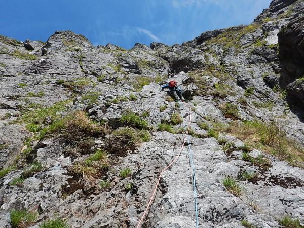顕著なカンテをグイグイ登ります。