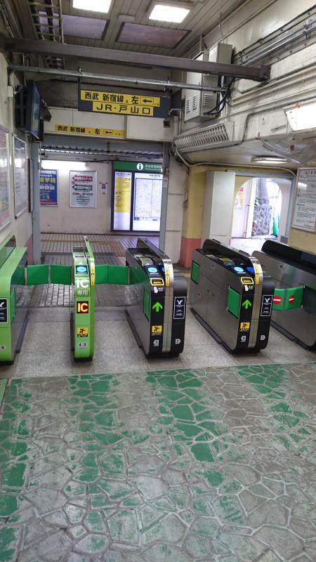 まず、JR高田馬場駅戸山口改札を右へ