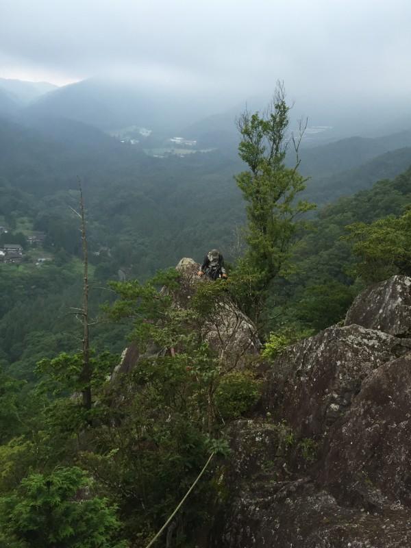 雲行きがどんどん怪しくなってきました。岩が濡れる前に急いで岩稜をぬけねば・・・