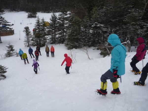 本日の宿泊先である黒百合ヒュッテに到着後、 雪上歩行訓練を行いました。