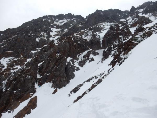 赤岳主稜を登るパーティーを横目に尾根を登ります。