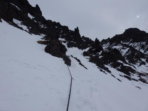 山頂は目と鼻の先。アイゼンをひっかけないよう慎重に歩を進めます。