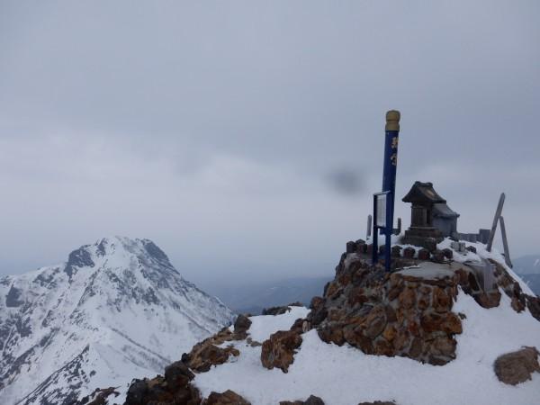 登頂。うっすうらと陽が差しましたが晴れることはありませんでした。