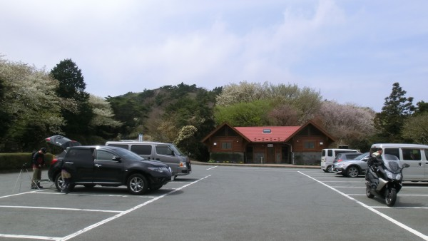 起点となる「だるま山高原レストハウス」は大きな駐車場ときれいなトイレ、レストランなどがある。
