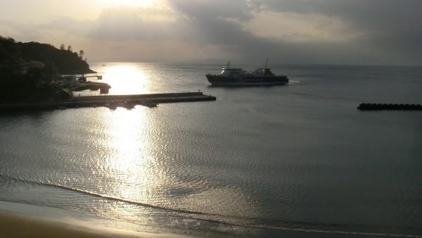 陸路だけでなくフェリーもある。写真は土肥港。夕日が最高にきれいでした。