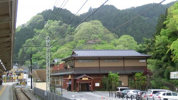 ホームから見た京王高尾山温泉