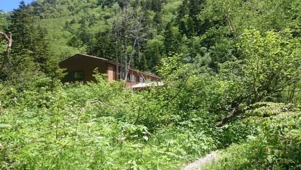 沢沿いの緩い傾斜を進むこと3時間半。槍平小屋に到着です。