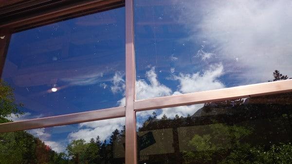 窓に映る青空も綺麗ですね。
