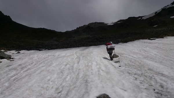 登山道にあったのはこの20mくらいの雪渓だけでした。キックステップで慎重に登っていきます。