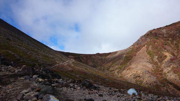写真中央に見えるのは稜線に立つ避難小屋です。