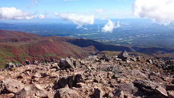 火山らしいゴロゴロとした岩に注意しながら茶臼岳を目指します。