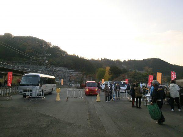左が送迎バス。