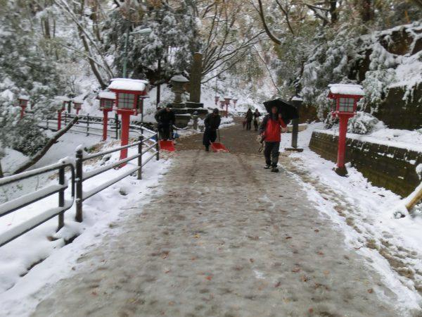 薬王院に近づくと除雪の方々が出現。ごくろう様です。