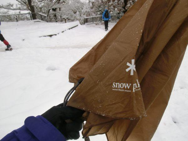 スノーピークの傘がガチガチに凍っていたが、今日もたいへん役立ってくれた。山でも町でも軽くたいへん便利です。店でも売ってます。¥4,800-