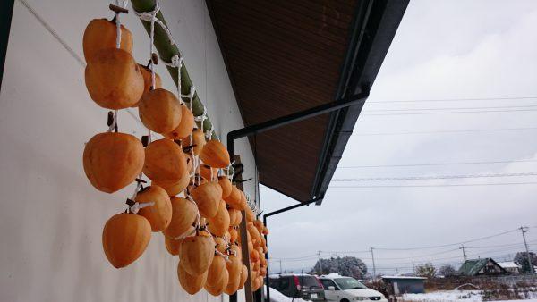 こちらは常連のお客様が吊るしてくださった柿。早く食べたい