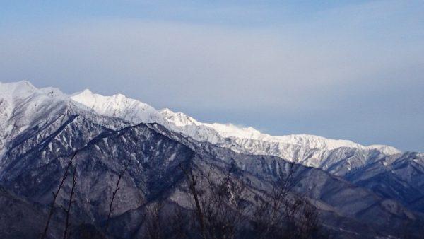 爺ヶ岳や鹿島槍の眺めが良いです。かすかに白馬岳が見えました。雪煙が上がっており、風があったようです。