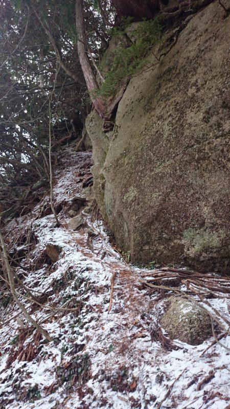 一つ目の危険箇所。こちらも雪で滑りそうになるので気をつけて歩きます。