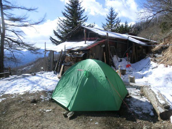 今年の山、雲取山は登山者多く、山頂避難小屋等混んでいるだろうとわざわざ七ツ石でのキャンプを考えたのです。さすがに我々1張のみでしたけど。写真はエスパース・デュオです。2人だと2~3人用では大きく、1~2人用だと少し小さいのですが、正にジャストサイズでした。又、小屋は通年やっているとの事。幕営代1人¥500。バイオトイレはまだ新しくきれいです。