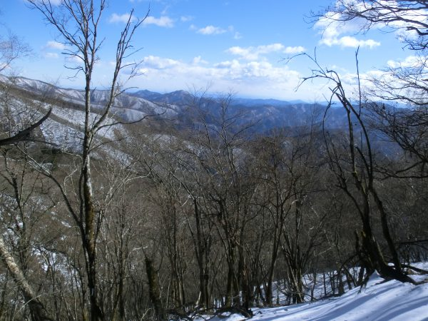 さあ、身軽となり山頂目指します。すぐに奥多摩三山(左から大岳山、御前山、少し離れて右端に三頭山)が見えました。