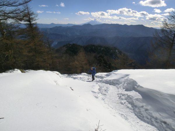 小雲取近くからの山並みは大菩薩嶺(右)と小金沢連峰の山々、富士山の前には雁ヶ原摺山と続き左の奥には御正体山も見えます。