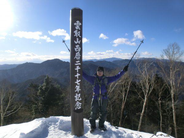 ついに山頂!2017年の1月に2017.7mに立ちました。1年間限定の記念碑と共にパチリ。でも昔の標高は2017.7mだった覚えがあるんですが、60cm低くなったのかなあ~?