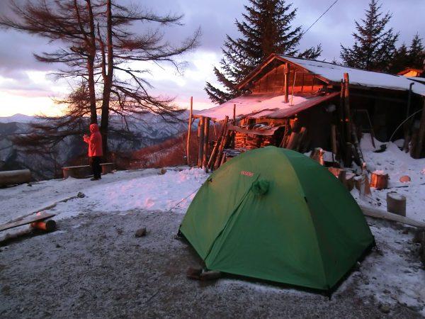 七ツ石小屋とテント場は朝から夕方まで日当り良好で北風の影響もない所です。