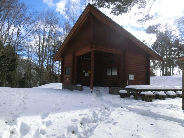 この小屋も綺麗になって快適です。ここで少々休憩しました。小屋の中も外もマイナス6度でした。25分程休んでいるうちに足あと1人分先行してました。峰谷から来たか、雲取からかは不明です。