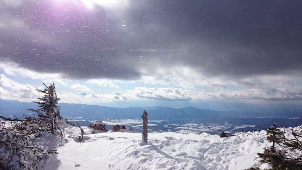 茶臼山山頂から5分程のところにある展望台です。雲が増えてきました。