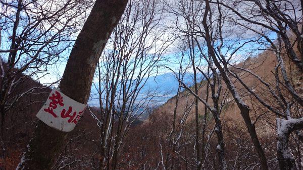 木々の隙間より景色が見えます。それを背に登ります。
