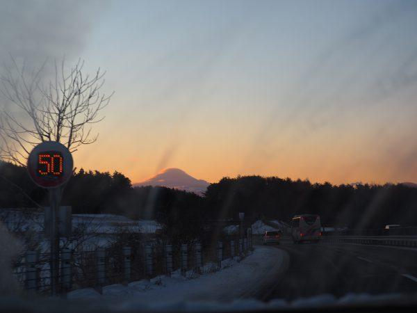 行きの車の中より撮影。富士山が笠をかぶってます。