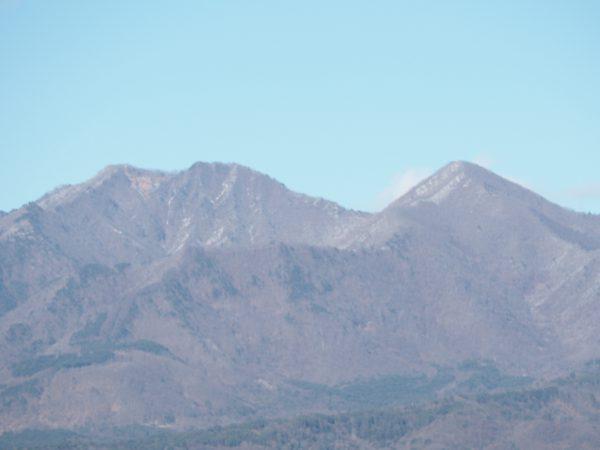 写真右が茅ヶ岳。左が金ヶ岳。