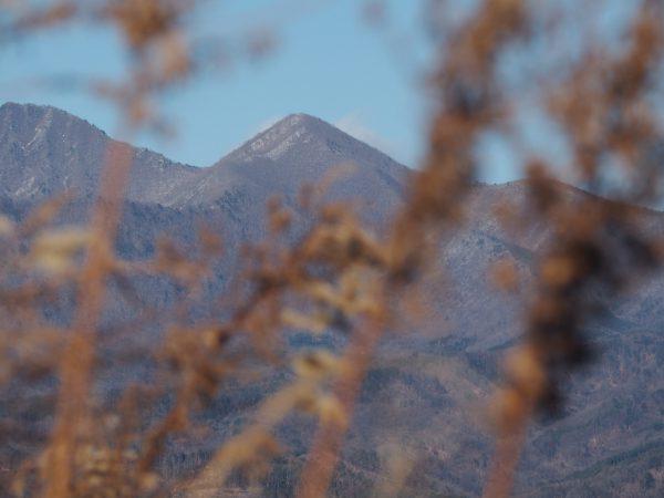 茅ヶ岳。最近隙間から撮るのにはまってます。