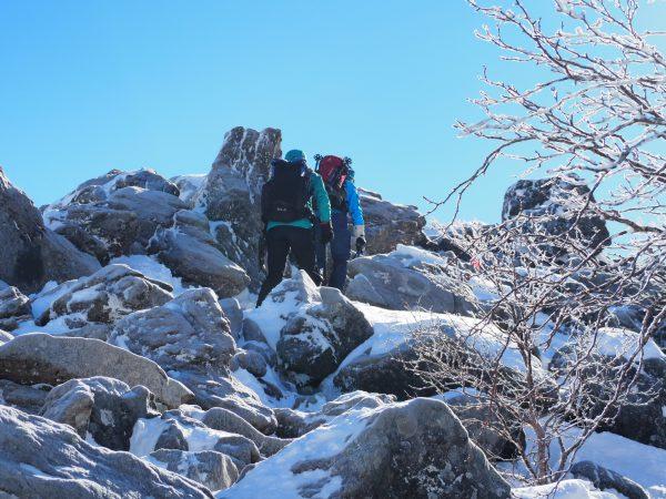岩が出ている箇所もあります。アイゼン状態はとても歩きにくいので一歩一歩気をつけて通ります。