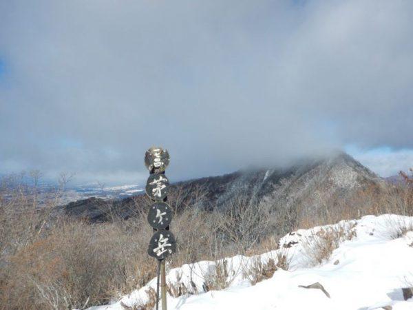 あちらは金ヶ岳(標高1,764m)です。往復約2時間。